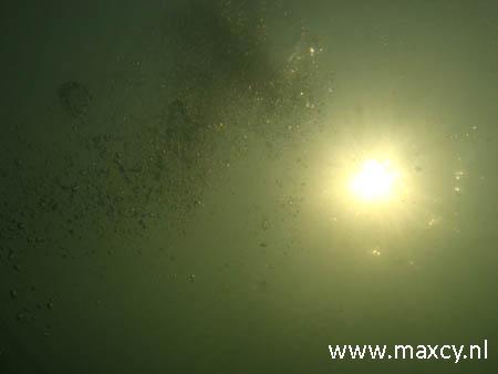 Bubbels onderwater met zon
